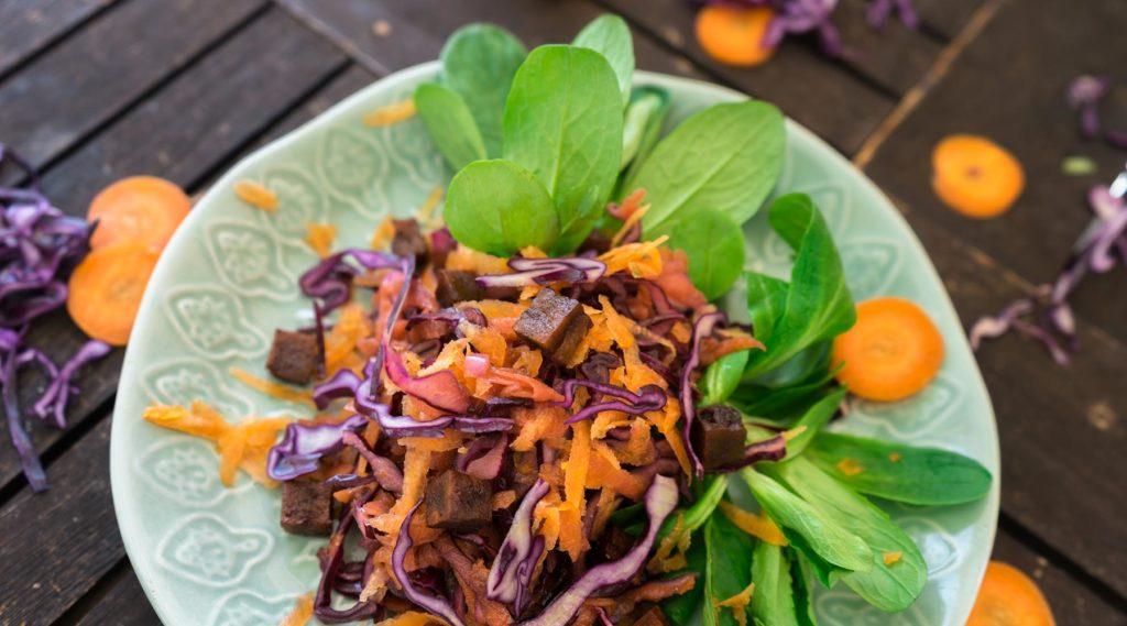 Karotten-Krautsalat mit Tofu Bacon – Ein Salat der ganzjährig Saison hat!